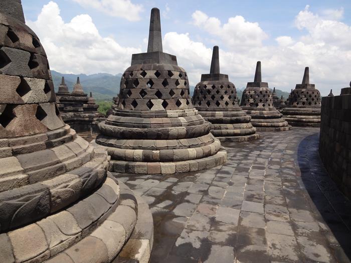 Znameniti kamniti zvonci budističnega templja Borobudur.